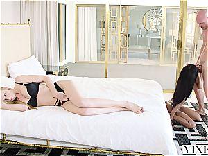 Kendra Sunderland enjoys 3some