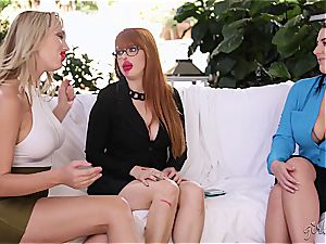 Penny Pax gobbling out two fuckboxes at once
